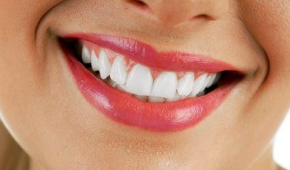 Ein strahlend schönes Lächeln wünschen sich viele. News.de weiß, wie Sie verfärbte Zähne so schön hell bekommen.