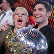 ... denn gemeinsam mit ihrem Profitanzpartner Christian Polanc sicherte sie sich den Titel Dancing Star 2011.