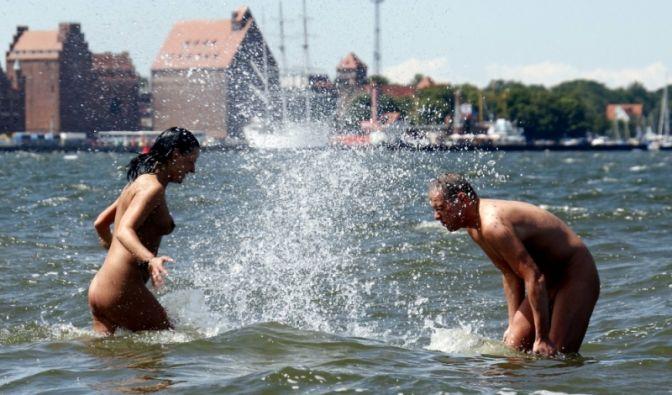 Ausgelassen im Wasser planschen, sonnenbaden und die Seele baumeln lassen - all das machen FKKler gerne nackt.