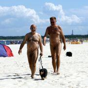 So wie bei diesen beiden jungen Herren. Selbst Alltagstätigkeiten wie mit dem Familienhund Gassi gehen, werden nackt erledigt.