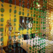 Komplett durchgestylt: Das 007 James Bond-Zimmer mit goldener Schaufensterpuppe und 1970er Jahre Perlenvorhang.
