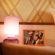 Besucher müssen keine eigenen Familienfotos mitbringen, denn auf dem Nachttisch wartet ein Bild von Derrick und Harry.