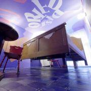In 31 Themenzimmern können sich die Gäste der ungewöhnlichen Herberge die Sinne täuschen lassen. Ob in einem schwebenden Bett wie hier oder ...