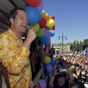 Er bekennt Farbe: Moderator Thomas Hermanns fährt auch schon mal auf einem Wagen beim Christopher Street Day mit, um sein Engagement für Lesben und Schwule zu bekunden. 2008 heiratete er seinen Lebensgefährten Wolfgang Macht.