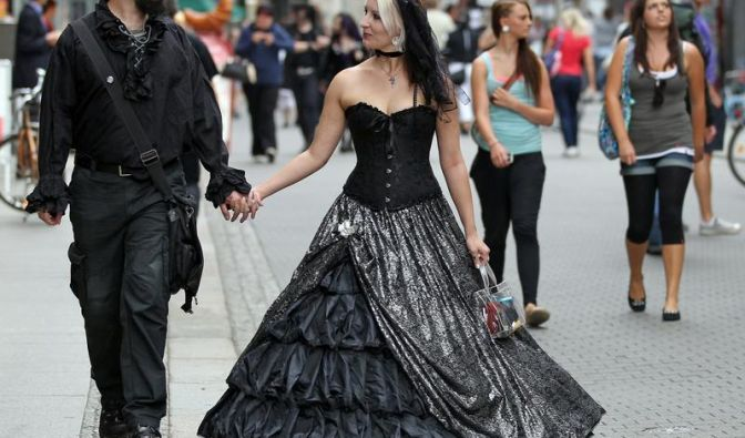 Eine Stadt in Schwarz: Das Wave-Gotik-Treffen in Leipzig feiert 20. Jubiläum. Nikita und Janina sind extra aus Shanghai angereist.