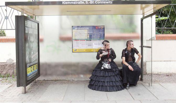Die Vorfreude steigt: Diese Herrschaften warten auf die Straßenbahn. Für das Wave-Gotik-Treffen hat sich Leipzig gut gerüstet und zusätzliche Bahnlinien eingerichtet. 20.000 Teilnehmer werden erwartet.