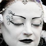 Wahre Kunstwerke präsentieren die Teilnehmer beim alljählichen Treffen. In akribischer Detailarbeit schminken sie ihre Gesichter und fertigen ihre Kostüme.