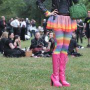Farbenfrohes Festival: Längst sind nicht mehr alle Teilnehmerin nur noch schwarz gekleidet. Auch farbenfrohe, freundliche Kostüme mischen sich unter die feiernde Menge.