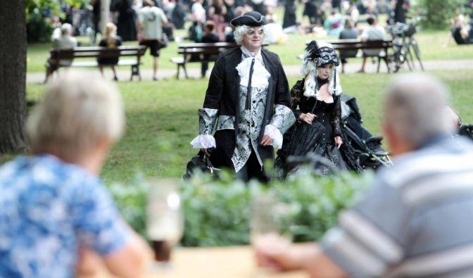 Am WGT-Wochenende prallen Kulturen aufeinander. Während sich die einen ein kühles Bierchen gönnen, spazieren die anderen in voller Kostümierung über die Wiese.