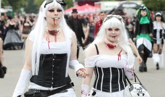 Halloween lässt grüßen:Mit aufgeschminkten Blutspuren auf blassweißer Haut könnten diese beiden Teilnehmerinnen sicher auch gut am 31. Oktober um die Häuser ziehen.