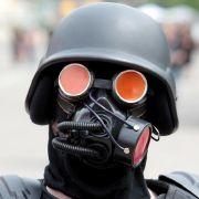 Beim Wave-Gotik-Treffen gibt es fast nichts, was es nicht gibt. Dieser Teilnehmer hat sich eine Gasmaske auf den Kopf gesetzt und dürfte bei den sommerlichen Temperaturen ordentlich ins Schwitzen kommen.