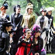 Elegante Extravaganz: Viele Besucher stecken viel Zeit und Geld in die aufwändigen Kostüme.
