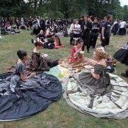 Picknick im Park: Das Wave-Gotik-Treffen ist eine der größten Veranstaltungen seiner Art und gilt als Mekka der Szene.