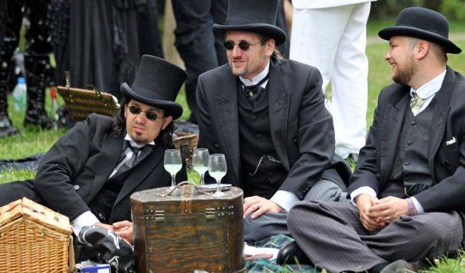 Sehen und gesehen werden: Diese drei Herren haben es sich gemütlich gemacht und nehmen die anderen Teilnehmer in Augenschein.