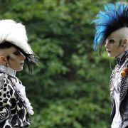 Sie haben die Haare schön: Das Publikum des Wave-Gotik-Treffens ist buntgemischt. Neben Goths, Elektro-, Neofolk- und Fetisch-Anhängern sind auch Punks, Metaller und Freunde der Mittelalterszene dabei.