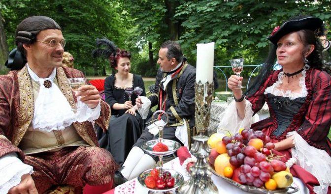 Mit frischem Obst und einem Glas Wein lassen es sich die Besucher gutgehen. Über das Pfingstwochenende gehen sie ihrer Leidenschaft nach pompöser Kostümierung und Inszenierung nach.