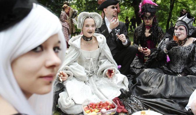 Solch ein Festival macht hungrig:In den Parks und auf verschiedenen Wiesen haben sich die Teilnehmer niedergelassen, um ein kleines Picknick zu machen und sich für die nächste Runde zu stärken.