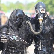 Komplett verhüllt: Bei sommerlichen Temperaturen kamen manche Teilnehmer in ihren opulenten Kostümen sicher ins Schwitzen.