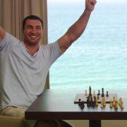 Wladimir Klitschko bejubelt einen Sieg im Schach gegen seinen älteren Bruder