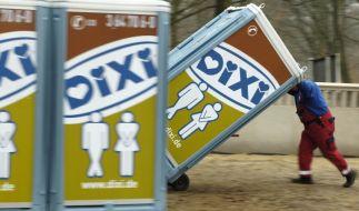 Spanner im Dixi-Klo (Foto)