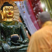Offiziell als Religion anerkannt ist in Deutschland der Buddhismus. 245.000 Anhänger leben in Deutschland, das sind 0,3 Prozent der Bevölkerung. Weltweit gibt es 450 Millionen Buddhisten, vor allem in China, Japan und anderen asiatischen Ländern.
