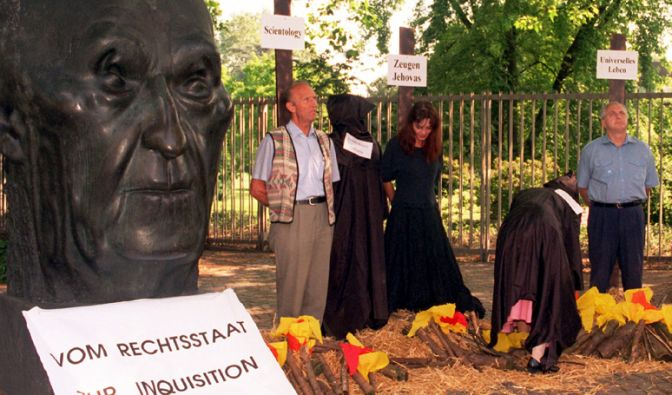 Scientology ist in Deutschland ein eingetragener Verein und wurde in verschiedenen Bundesländern zeitweise vom Verfassungsschutz begutachtet.