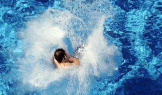 Ab ins kühle Nass - nicht alle haben bei den sommerlichen Temperaturen Zeit für einen Freibadbesuch. Mit ein paar Tipps, kommt man aber auch so gut durch den Tag. (Foto)