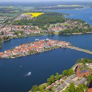 Der Fleesensee umschließt die Insel-Stadt Malchow in Mecklenburg-Vorpommern. Er ist nur eines von zahlreichen Gewässern, die miteinander ...