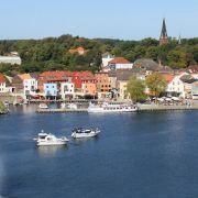 Die Stadt am See hat einen kleinen Hafen, von dem Besucher auf große Fahrt gehen können. In direkter Umgebung finden sich außerdem der Plauer- sowie der Kölpinsee.