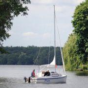 Man mag es kaum glauben: So üppig grün und naturbelassen sieht es in Berlin aus. Der Müggelsee bietet Wassersportfreunden, Wanderbegeisterten und Familien ein reichhaltiges Freizeitprogramm.