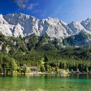 Der Eibsee in der Nähe von Garmisch-Partenkirchen liegt direkt am Fuße der Zugspitze.