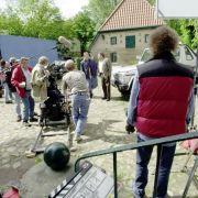 Der Drehort war bereits der gleiche als Walter Plate (hinten rechts) von 1992 bis 2009 Dr. Ulrich Teschner mimte. Bergmanns Vorgänger.