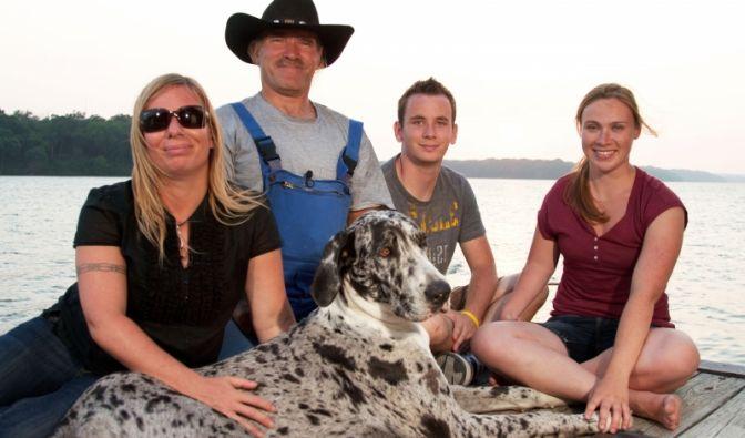 Die schrecklich ausgewanderte Familie Reimann (v.l.): Manuela (42), Konny (55), Jason (21) und Janina (24). Vorne der Hund Phoebie (1).