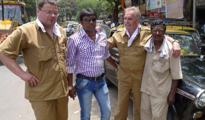 Verkehrte Welt: Die deutschen Taxifahrer Christian (l.) und Fritz (2.v.r.) zusammen mit ihren indischen Kollegen.