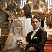 Martina Hill als die Ente, Dave Davis als Pfarrer Bouba (Mitte) und Stephan Luca als frischvermählter Arne in Resturlaub.