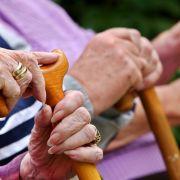 Nein, im Altersheim soll es nicht langweilig sein! Deshalb gibt es den Altenheim-Entertainer, einen Menschen, der den Senioren den Nachmittag versüßen soll. Vorteil für den Entertainer: Die Gäste können kaum weglaufen. Nachteil für den Entertainer: Der Sa