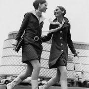 Zwei junge Models die vor der einstigen Blechtrommel, einem Leipziger Kaufhaus, fotografiert wurden.