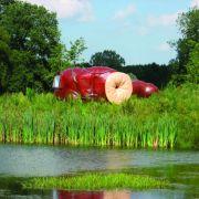 Auf einer kleinen Insel liegt das Hotel CasAnus im Kunstpark der Verbeke Foundation in Belgien. Das Objekt sieht aus wie ein überdimensionaler ...