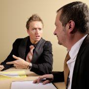 Lernen Sie richtig zuzuhören! Das heißt nicht, alles verständnisvoll abzunicken, sondern die Inhalte der Rede des Gegenübers aufmerksam aufzunehmen, zu umschreiben, Emotionen zu erfassen und nachzufragen.
