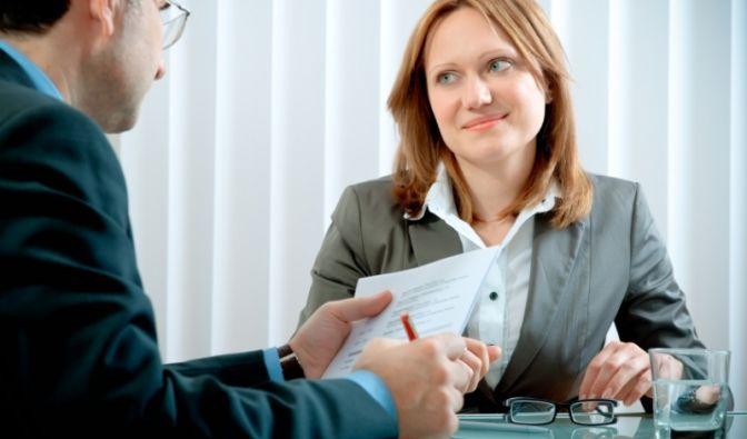 Das Spiegeln des Gesprächspartners ist der Königsweg zu erfolgreicher Kommunikation. Beim Spiegeln würden Sie dazu zunächst das Gehörte in anderen Worten wiederholen (Paraphrasieren), dann fassen Sie die Gefühle des Kollegen in eigene Worte (Verbalisieren