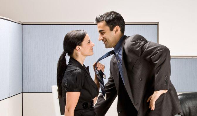 Was bei allem Zwischenmenschlichen gar nicht geht: Hochschlafen. Sex mit dem Chef sorgt definitiv nur für böses Blut im Unternehmen und könnte Sie leicht den Job kosten.