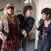 Josch (Francois Goeske) entführt die ahnungslose Susanne (Saskia Schindler, links) auf den Dachboden von Lindas (Liv Lisa Fries) Elternhaus.