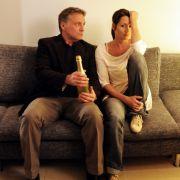 Bei Lukas (Bernhard Schir) und Sonja (Anja Kling) hilft auch Sekt nicht mehr.
