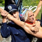 Oft genug werden die Proteste gegen Wahlfälschung und Sexismus von Gewalt überschattet. So wie hier in Kiew schlägt die Staatsmacht zurück - und verhaftet die Frauen.