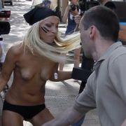 Uniformierter Polizist bedrängt barbusige Frau: Dieser krasse Gegensatz ist sicher auch ein kalkulierter Effekt der Femen-Aktivistinnen.