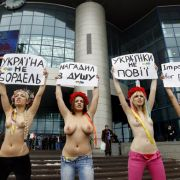 Diese Kundgebung richtet sich gegen den ukrainischen Präsidenten Viktor Janukowitsch, der Frauen in seinem Land nahelegte, mit ausländischen Männern anzubandeln, um sie zu Investitionen zu bewegen.