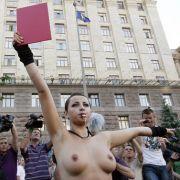 Rote Karte, barbusig präsentiert: So kommen Botschaften an, finden die Aktivistinnen von Femen.