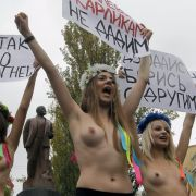 Brüste, Brüste, Brüste: Die Aktivistinnen haben die Prinzipien einer modernen Mediengesellschaft offenbar gut verstanden. Sex und Protest scheinen sich gegenseitig befruchtende Formen der Artikulation von Wutbürgerinnen darzustellen.