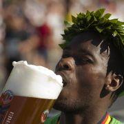 Auf Suaheli gibt es das schöne Wort «bia», was - man ahnt es - das Bier ist. Auch der Norddeutsche spricht die beiden letzten Buchstaben des Wortes wie ein «a» aus, vielleicht entstammt das Suaheli-Wort also dem Norddeutschen?