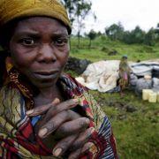 Die Demokratische Republik Kongo gehört zu den am schwächsten entwickelten Ländern der Erde. Von 1996 bis 2002 tobte hier der Kongo-Krieg, auch heute noch kämpfen im Kivu-Krieg Armee und Mai-Mai-Milizen.